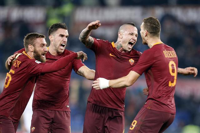 Na snímke druhý sprava hráč AS Rím Radja Nainggolan oslavuje víťazný gól v zápase 16. kola talianskej futbalovej Serie A AS Rím - AC Miláno (1:0)