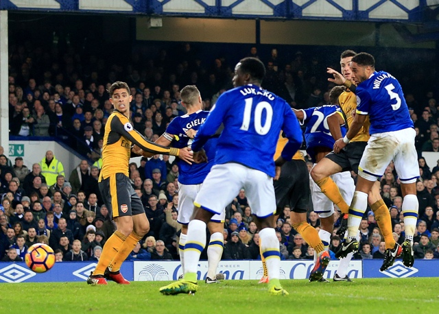 Na snímke vpravo hráč Evertonu Ashley Williams strieľa druhý gól mužstva v zápase anglickej futbalovej Premier League Everton - Arsenal Londýn (2:1)