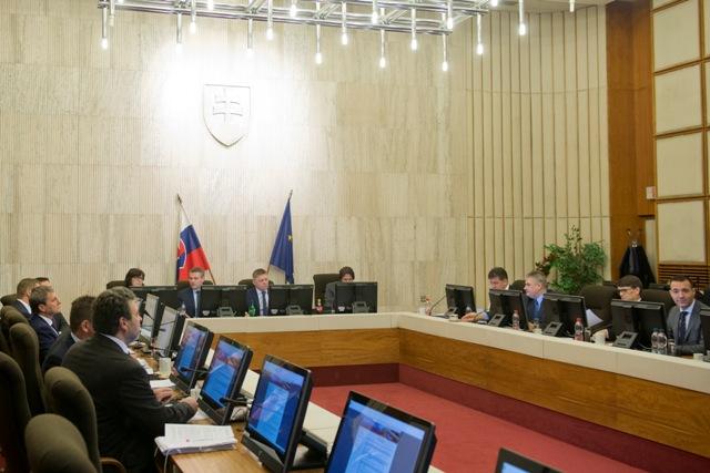Na snímke členovia kabinetu počas rokovania 40. schôdze vlády SR