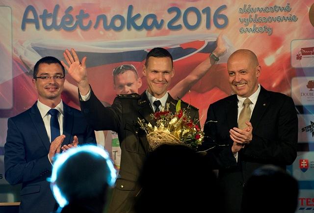 Na snímke uprostred Atlét roka 2016 Matej Tóth, vľavo šéf slovenskej atletiky Peter Korčok a vpravo prezident SOV Anton Siekel počas vyhlásenia výsledkov tradičnej ankety na slávnostnom galavečere