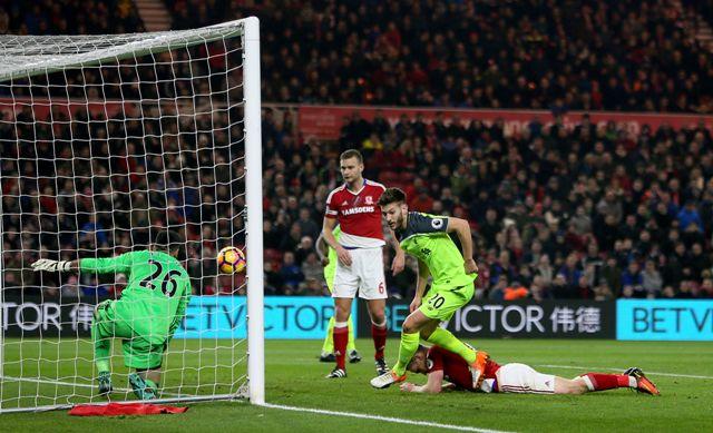 Hráč Liverpoolu Adam Lallana (v strede) oslavuje úvodný gól do bránky Middlesbroughu vo futbalovom zápase anglickej ligy Premier League