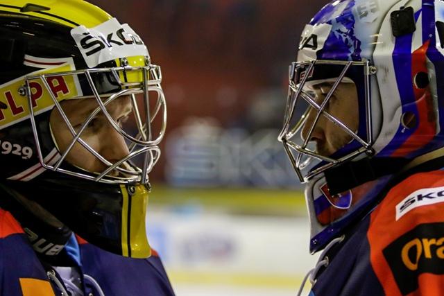Na snímke vľavo brankár Denis Godla (Team Repre SR A) a brankár Ján Laco (Team Tipsport Liga) počas hokejového Zápasu hviezd Výber Tipsport ligy - Výber reprezentácia SR