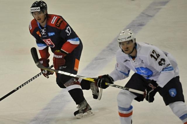 Na snímke vľavo Juraj Mikúš (Team Repre SR A) a Jordan Hickmott počas hokejového Zápasu hviezd Výber Tipsport ligy - Výber reprezentácia SR