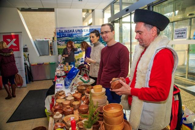 Výrobky slovenských umeleckých výrobcov na Vianociach na Žilinskej univerzite
