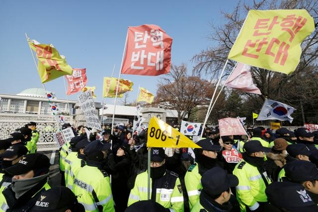 Juhokórejskí demonštranti skandujú počas protestného zhromaždenia za odstúpenie juhokórejskej prezidentky Pak Kun-hje pred parlamentom v Soule 9. decembra 2016