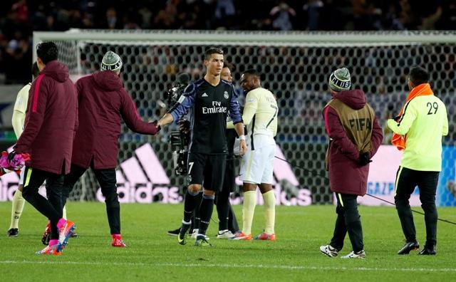 Na snímke hráč Realu Madrid Cristiano Ronaldo (uprostred) si podáva ruky so súpermi po druhom semifinále majstrovstiev sveta klubov FIFA medzi Realom Madrid a Clubom America