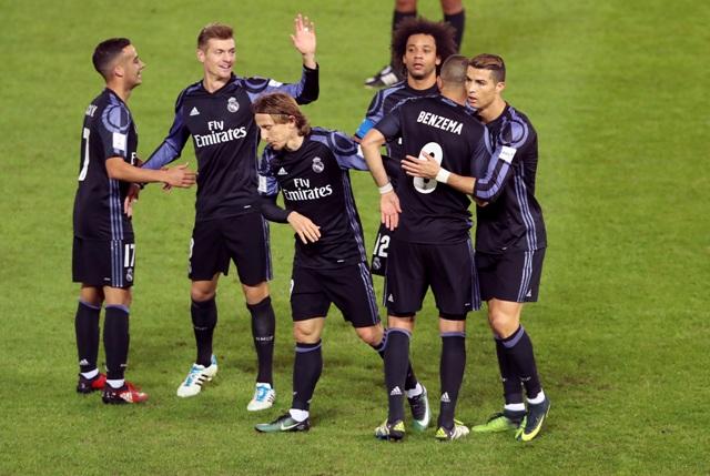 Na snímke hráč Realu Madrid Karim Benzema (druhý sprava) sa raduje z gólu so spoluhráčmi v druhom semifinále majstrovstiev sveta klubov FIFA medzi Realom Madrid a Clubom America