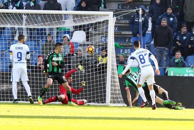 Na snímke vpravo hráč Interu Miláno Antonio Candreva strieľa jediný a víťazný gól v zápase 17. kola talianskej futbalovej Serie A Sassuolo – Inter Miláno (0:1)