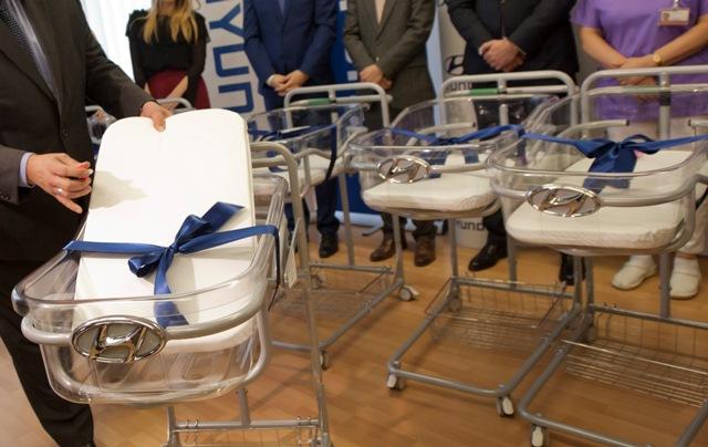 Spoločnosť Hyundai odovzdala do daru 12 novorodeneckých vozíkov pre Univerzitnú nemocnicu Bratislava - Nemocnica Ružinov