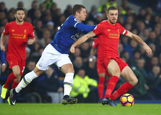 Jordan Henderson (vpravo) z Liverpoolu a Ross Barkley z Evertonu počas 17. kola anglickej Premier League