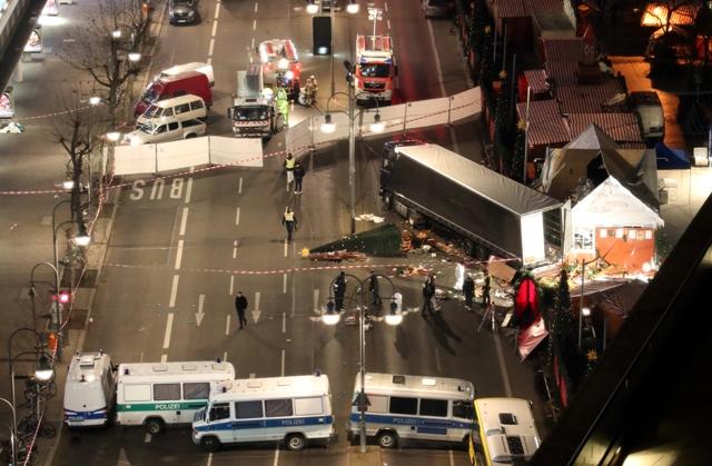 Na snímke nákladné auto, ktoré narazilo do davu ľudí na vianočných trhoch v Berlíne v pondelok 19. decembra 2016