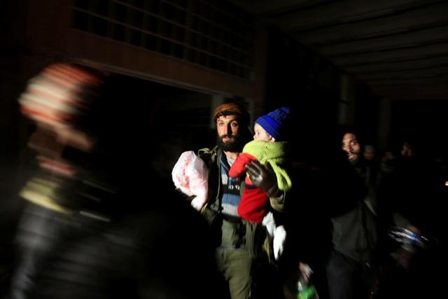 Ilustračné foto: Sýrčania, ktorí boli evakuovaní zo sýrskeho Aleppa počas prímeria, prichádzajú do utečeneckého tábora neďaleko provincie Idlib