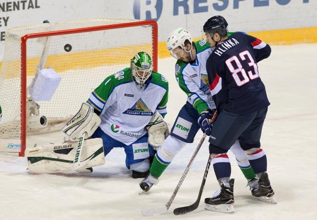 Na snímke zľava brankár Niklas Svedberg, Maxim Gončarov (obaja Salavat) a Michal Hlinka (Slovan) počas stretnutia hokejovej KHL HC Slovan Bratislava - Salavet Julajev UFA