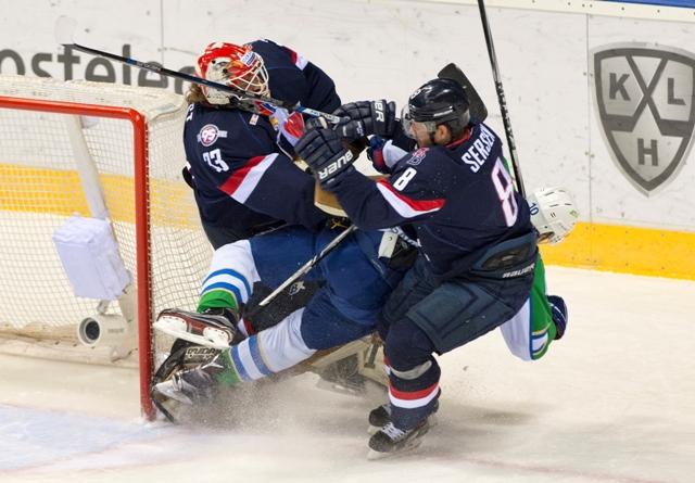 Na snímke zľava brankár Barry Brust (Slovan), Jevgenij Bobrov (Salavat) a Michal Sersen (Slovan) v kolízii počas stretnutia hokejovej KHL HC Slovan Bratislava - Salavet Julajev UFA