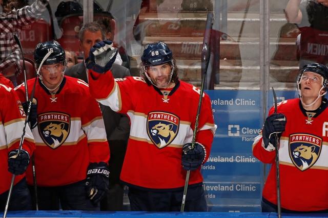 Hokejista Floridy Panthers Čech Jaromír Jágr (druhý sprava) zdraví divákov po tom, čo zaznamenal tretiu asistenciu počas zápasu zámorskej hokejovej NHL Florida Panthers - Buffalo Sabres