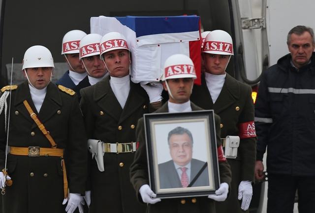 Členovia čestnej stráže nesú fotografiu a truhlu s pozostatkami ruského veľvyslanca v Turecku Andreja Karlova počas ceremoniálu na letisku 20. decembra 2016 v Ankare