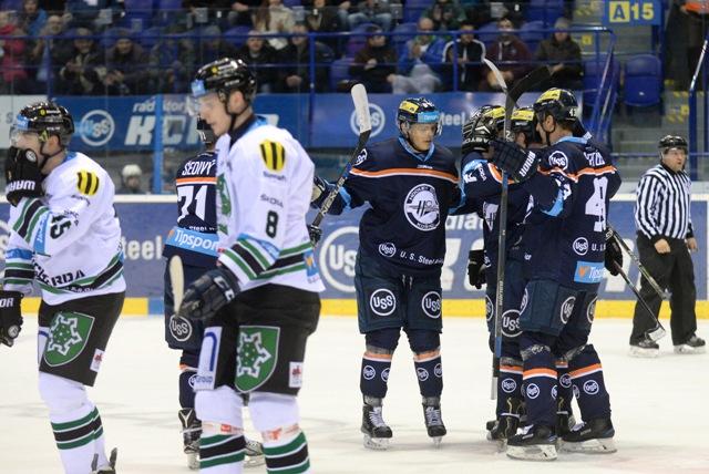 Na snímke vpravo radosť hráčov Košíc po prvom góle v zápase 31. kola hokejovej Tipsport Ligy medzi HC Košice - HC Nové Zámky