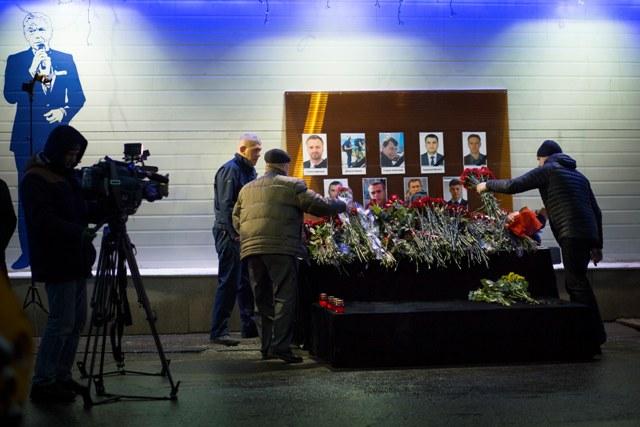 Na snímke kvety pred portrétmi členov ruského televízneho štábu, ktorí zahynuli pri havárii ruského vojenského lietadla Tu-154 s 84 pasažiermi a ôsmimi členmi posádky na palube v nedeľu 25. decembra 2016