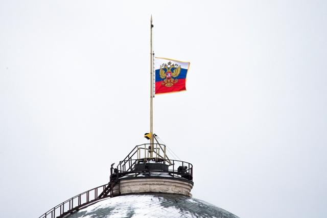 Na snímke ruská vlajka stiahnutá na pol žrde na budove Kremľa v Moskve na znak snútku za obeťami nedeľňajšej havárie vojenského lietadla Tu-154 s 92 ľuďmi na palube nad Čiernym morom v pondelok 26. decembra 2016