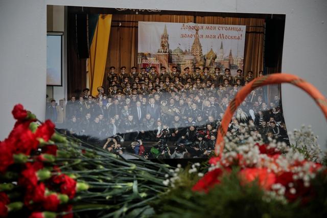 Na snímke kvety sú pred fotografiou členov armádneho súboru piesní a tancov Alexandrovovci pred budovou armádneho súboru v Moskve