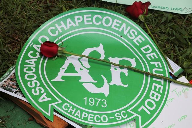 Na snímke červená ruža je položená na loge brazílskeho futbalového klubu Chapecoense