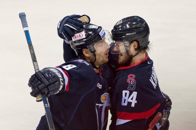 Na snímke vpravo strelec tretieho gólu Tomáš Kundrátek a vpravo Michal Sersen (obaja Slovan) v zápase hokejovej KHL HC Slovan Bratislava - Spartak Moskva