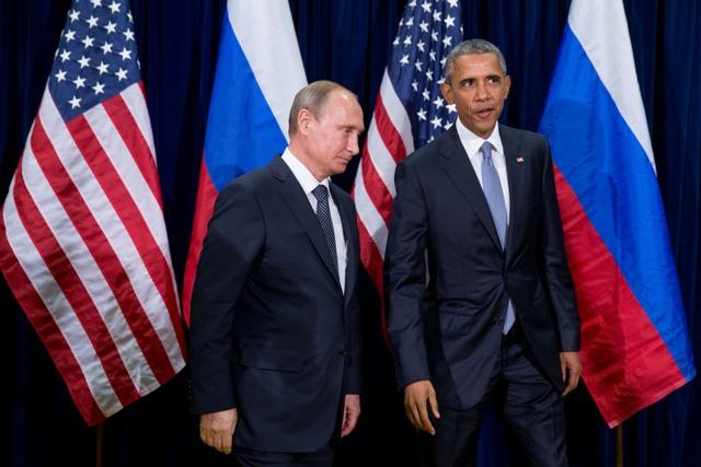 Na snímke americký prezident Barack Obama (vpravo) a ruský prezident Vladimir Putin