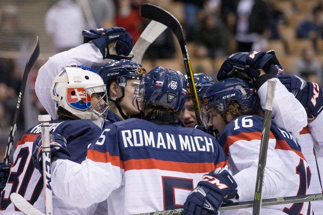Na snímke slovenskí hokejisti oslavujú výťazstvo a postup zo skupiny  v zápase B-skupiny hokejových MS hráčov do 20 rokov Slovensko - Lotyšsko (4:2)