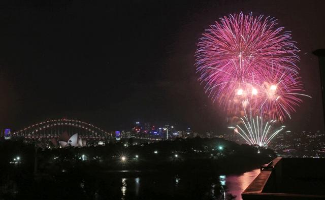 Ohňostroj exploduje nad budovou Opery počas začiatku novoročných osláv v Sydney 31. decembra 2016