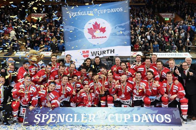 Kanadskí hráči pózujú s trofejou po ich víťazstve nad Luganom v hokejovom zápase finále 90. ročníka Spenglerovho pohára Tím Canada – HC Lugano vo švajčiarskom Davose 31. decembra 2016