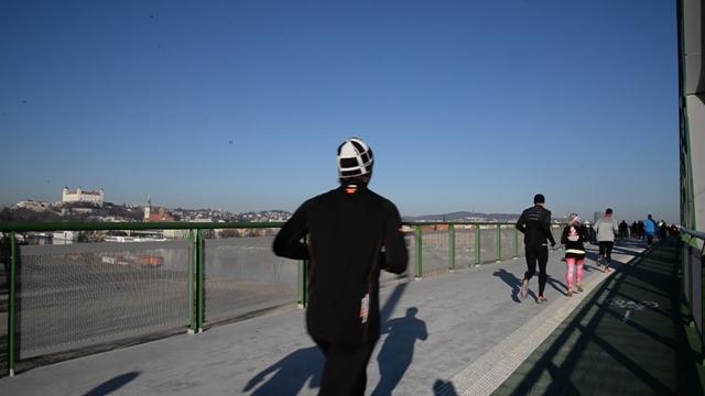 Na snímke účastníci 28. ročníka Silvestrovského behu cez bratislavské mosty