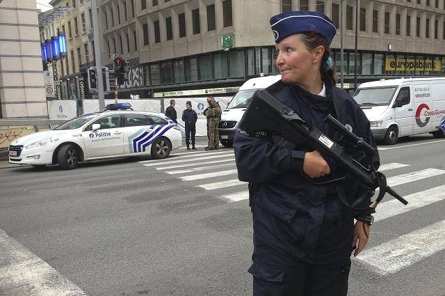 Na archívnej snímke hliadkujúca ozbrojená belgická policajtka v uliciach