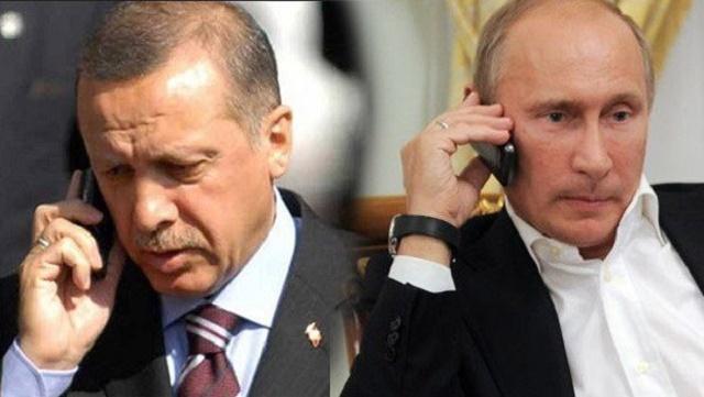 Na kombisnímke vľavo turecký prezident Recep Tayyip Erdogan  a jeho kolega ruský prezident Vladimir Putin