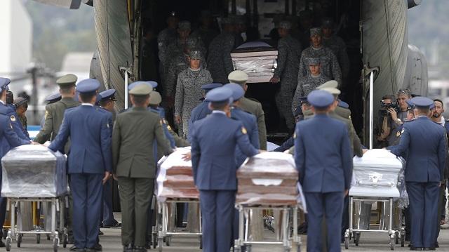 Telesné pozostatky väčšiny obetí pondelkového leteckého nešťastia v Kolumbii prepravili dnes z tamojšieho mesta Rio Negro do Brazílie