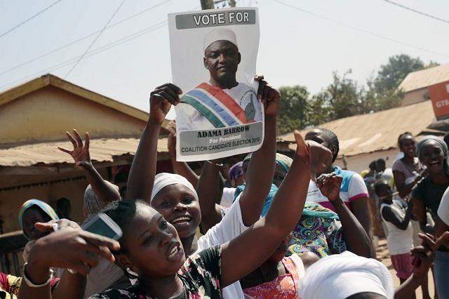 Gambijčania oslavujú víťazstvo opozičného kandidáta Adama Barrowa v prezidentských voľbách v uliciach Serrekundy 2. decembra 2016. Vo štvrtkových prezidentských voľbách v Gambii zvíťazil opozičný kandidát Adama Barrow a ukončil tak 22 rokov trvajúcu vládu prezidenta Yahyu Jammeho