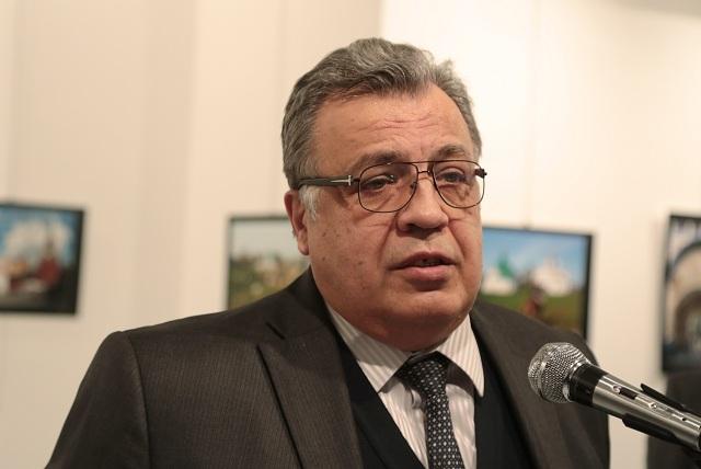 Ruský veľvyslanec v Turecko Andrej Karlov reční počas otvorenia fotografickej výstavy 19. decembra 2016 v Ankare. Neznámy útočník vystrelil počas otvorenia fotografickej výstavy v tureckej metropole Ankara na ruského veľvyslanca Andreja Karlova. S odvolaním sa na svojho fotoreportéra o tom informovala agentúra AP