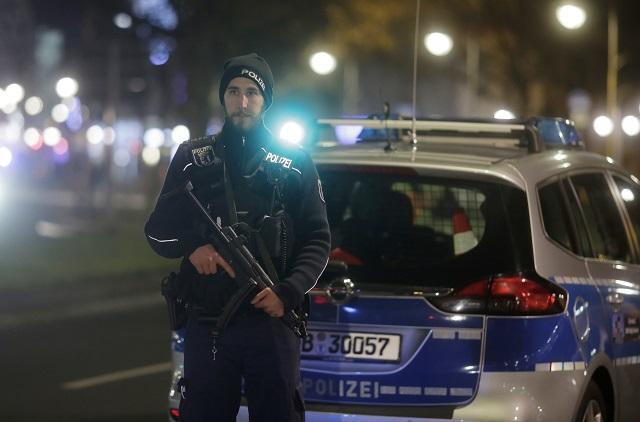 Na snímke ozbrojený policajt hliadkuje po tom, čo nákladné auto vbehlo na preplnené vianočné trhy 19. decembra 2016 v Berlíne