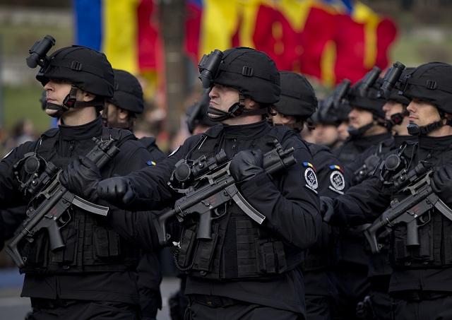 Príslušníci protiteroristickej jednotky rumunskej spravodajskej služby (SRI) pochodujú na vojenskej prehliadke pri príležitosti sviatku Národného dňa Rumunskej republiky