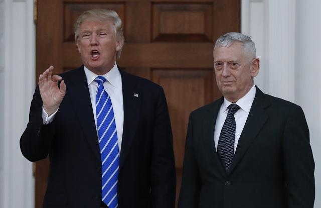 Novozvolený americký prezident Donald Trump (vľavo) si vybral vyslúženého generála námornej pechoty Jamesa Mattisa za kandidáta na nového ministra obrany USA