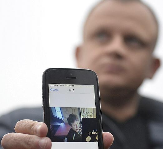 Majiteľ poľskej prepravnej firmy Ariel Žurawski ukazuje poslednú fotografiu svojho bratranca a vodiča Lukasza Urbana, ktorý bol pravdepodobne prvá obeť útoku v Berlíne, 20. decembra 2016 v poľskom meste Sobiemysl