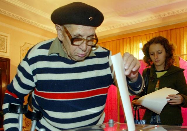 Obyvateľ moldavského regiónu Podnestersko vhadzuje svoj hlas do urny