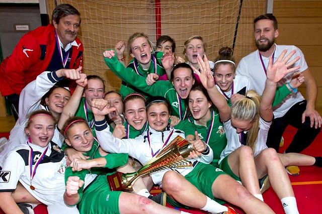 Medailová radosť prvoligových futbalistiek ŠKF VIX Žilina po slávnostnom dekorovaní víťaza 9.ročníka medzinárodného halového turnaja žien v Uherskom Brode