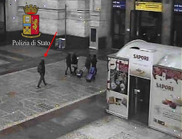 Na snímke zverejnenej talianskou políciou 28. decembra 2016 hlavný podozrivý z útoku na vianočné trhy v Berlíne Anis Amri (vľavo) kráča na centrálnej železničnej stanici v Miláne 23. decembra 2016