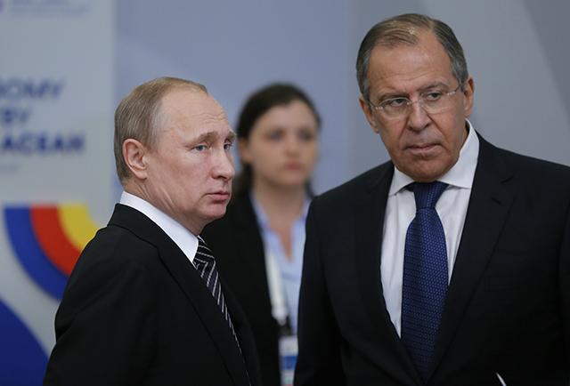 Na snímke vpravo ruský minister zahraničných vecí Sergej Lavrov a vľavo ruský prezident Vladimir Putin