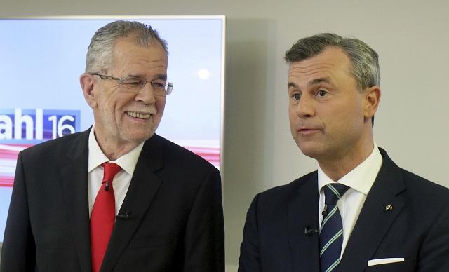 Na snímke kandidát pravicovej populistickej Slobodnej strany Rakúska (FPÖ) v prezidentských voľbách Norbert Hofer (vpravo) a jeho súper, bývalý šéf rakúskych Zelených Alexander Van der Bellen