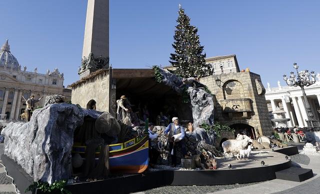 Európska migračná kríza je tento rok v centre vianočného betlehemu vo Vatikáne, ktorý dnes sprístupnia na Námestí sv. Petra. Betlehem Vatikánu darovali maltská vláda a tamojšia katolícka cirkev. Je 17 metrov široký, osem metrov vysoký a 12 metrov hlboký a predstavuje 17 postáv v tradičnom maltskom oblečení - a tiež čln symbolizujúcu humanitárnu krízu