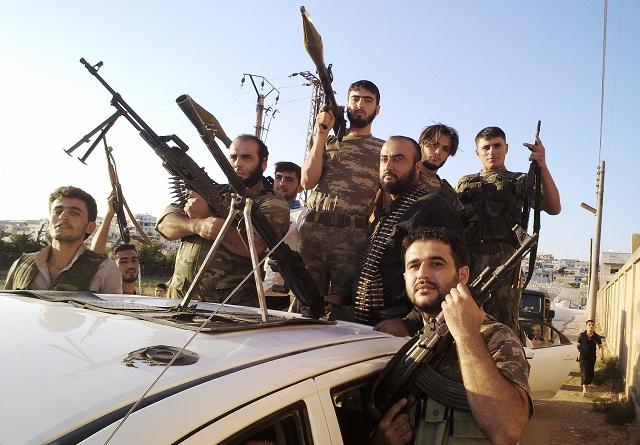 Na archívnej snímke z amatérskeho videa zverejnenej Shaam News Network príslušníci Slobodnej sýrskej armády