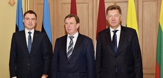 Na snímke zľava estónsky premiér Jüria Ratas lottyšský premiér Māris Kučinskis a litovský premiér ,Algirdas Butkevičius