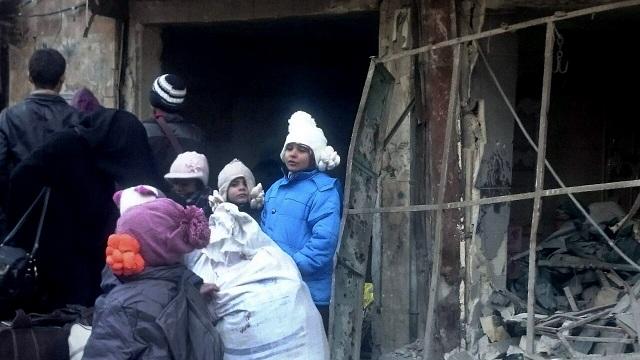 Na snímke civilisti na ulici vo Východnom Aleppe 15. decembra 2016