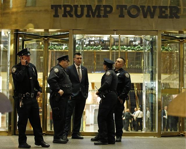 Policajti stoja pred výškovou budovou Trump Tower v Manhattane v New Yorku